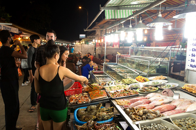 Dinh-Cau-Night-Market-in-viet-nam