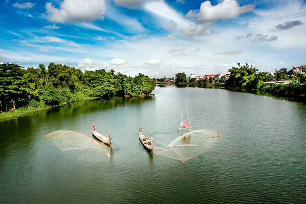 Local-people-casting-fishing-net-in-Perfume-River