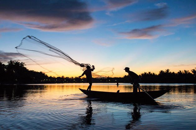 The-local-casting-fishing-net-in-Thu-Bon-River