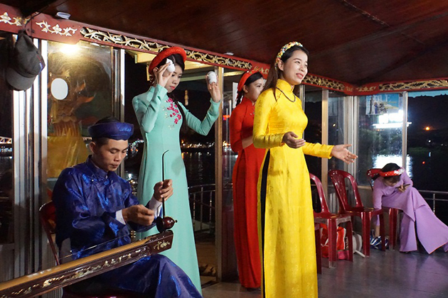 hue-folk-song-on-perfume-river-in-hue-viet-nam